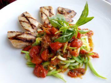 Frango grelhado com spaghetti de zucchini, tomatinhos frescos e manjericão