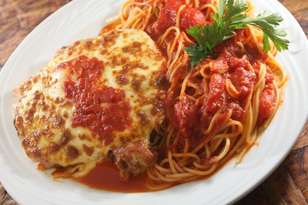 domus-italica-file-a-parmegiana-com-espaguete-ao-pomodoro-domus-italica