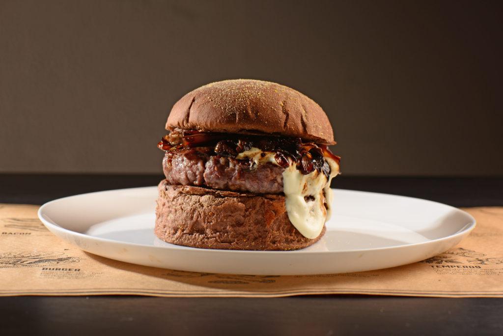 The Black: Pão preto, burger 170g, gorgonzola, cogumelo paris e cebola na cerveja preta e alface