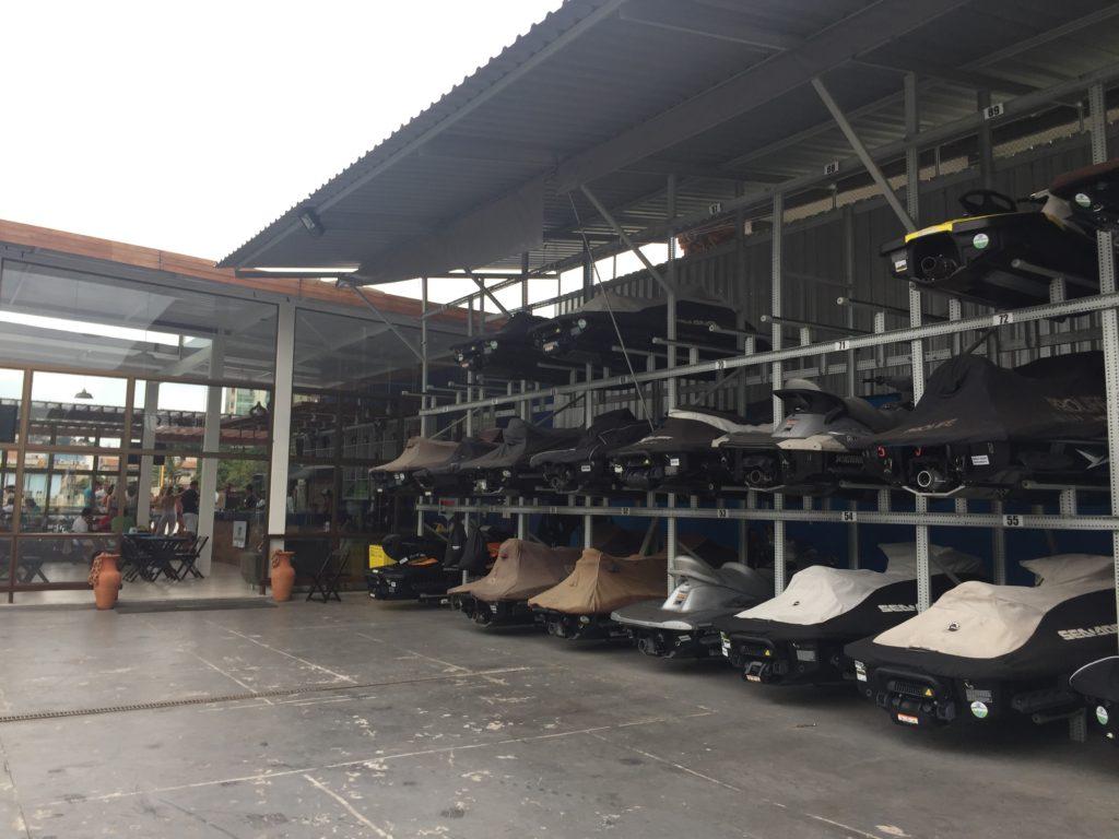 Living Náutica Marina - garagem dos jet skis