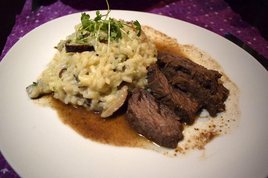 Olha que prato lindo! Ótimo tamanho, boa quantidade de carne e de risoto. O Della é expert em risotos!