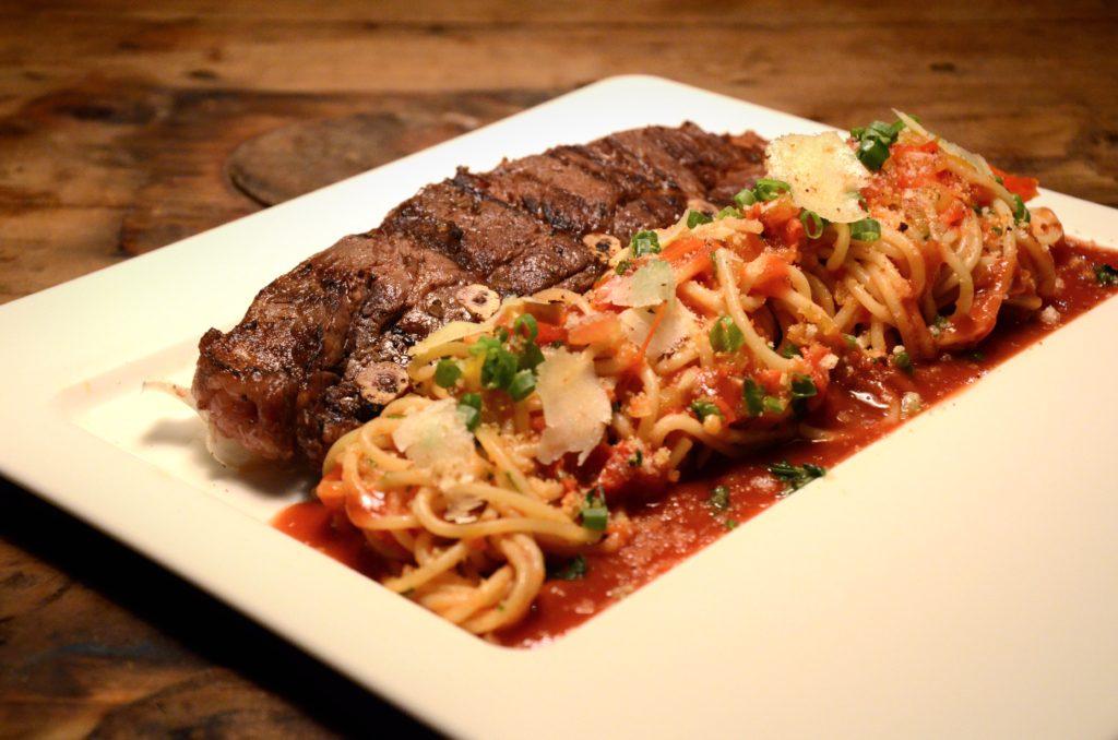 Assado de tira na brasa com Spaghetti ao molho pomodoro - Foto: Nestor Cutipa