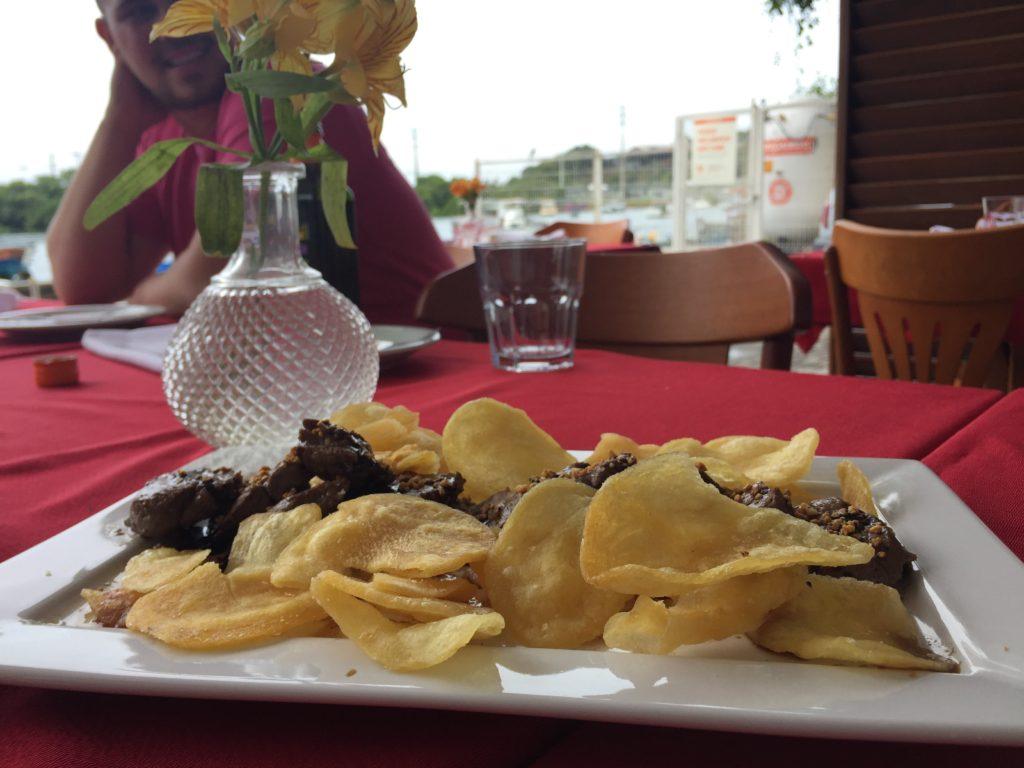 Escalopine de Mignon ao Creme Balsâmico e Chips de Batata (R$ 45)