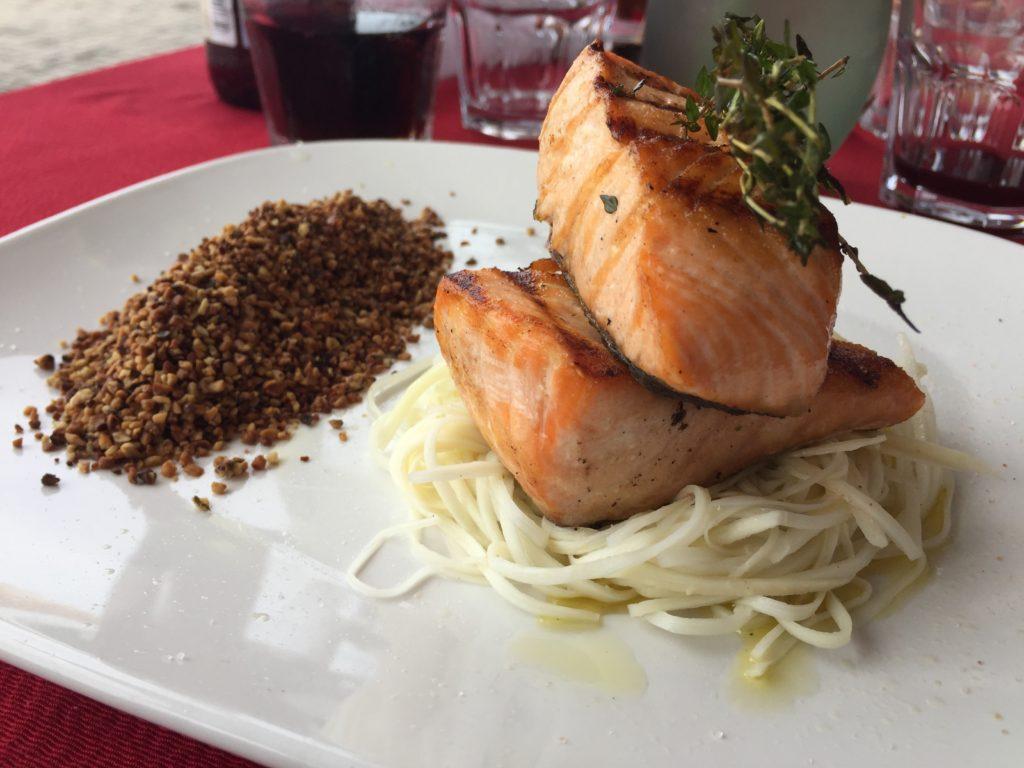 Salmão Grelhado com Spaghetti de Pupunha e Farofa de Castanha (R$ 69)