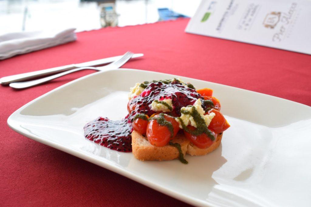 Bruschetta diferente: com coulis de pitaya, a fruta do momento!