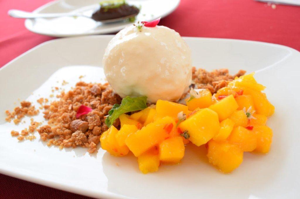 Tartar de Manga e Pimenta Dedo de Moça, sorvete artesanal de Coco e farofa doce de Castanha de Caju.
