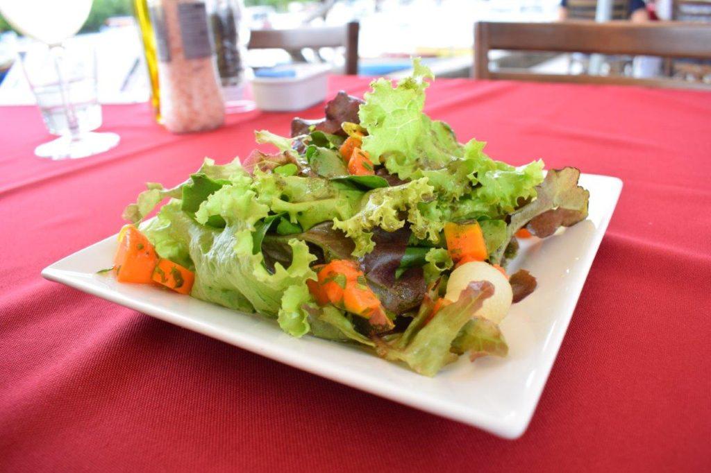 Entrada do Francisco: Mix de Folhas com Pérolas de Melão, Abóbora Cítrica e Crocante e Pesto de Hortelã.