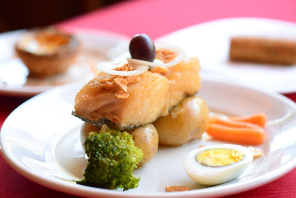 Lombo de bacalhau com batatas ao murro - Foto: Ari Oliveira