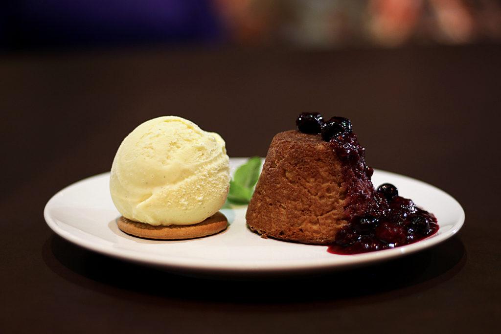Petit Gateau de Doce de Leite com sorvete artesanal de Vanilla e calda de Frutas Vermelhas Foto: Guilherme Pupo.