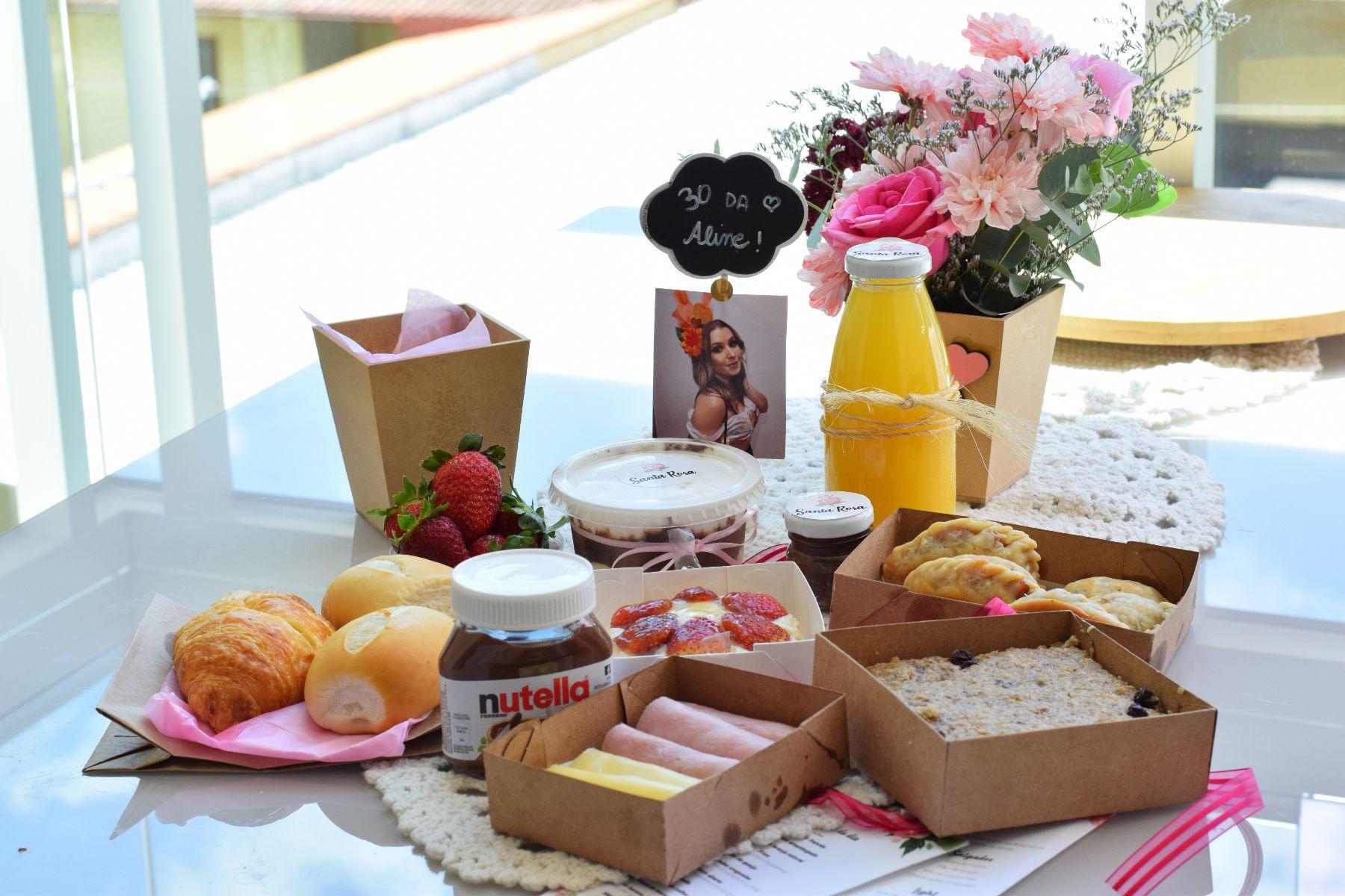 Santa Rosa - cesta de café da manhã na mesa.